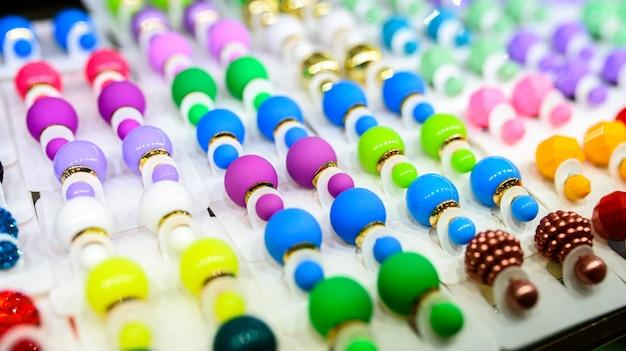 Серьги разных цветов и на любой вкус из стекла и пластика.