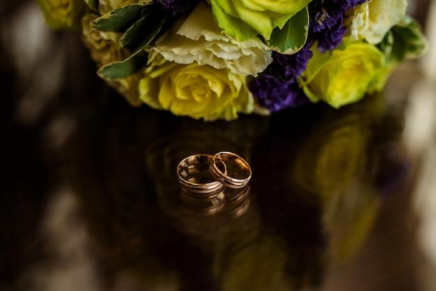 Золотые обручальные кольца.