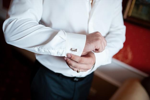 男のドレスのカフスボタン。