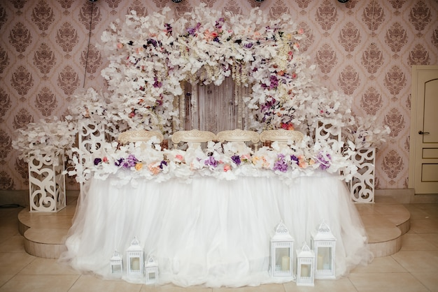 結婚式のアーチと結婚式の装飾。