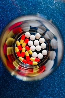 薬による治療、体の回復の概念。