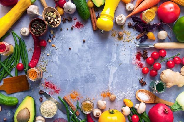 Круг здоровой красочной пряной приправленной приправы со свежими летними органическими антиоксидантами фруктами и овощами для веганских или вегетарианских рецептов, изолированных на сером фоне. концепция здорового образа жизни