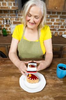 高齢者の女性料理