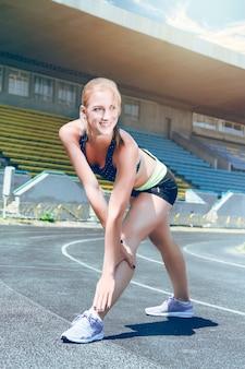 Молодой фитнес спортивный бегун женщина готовится к запуску.