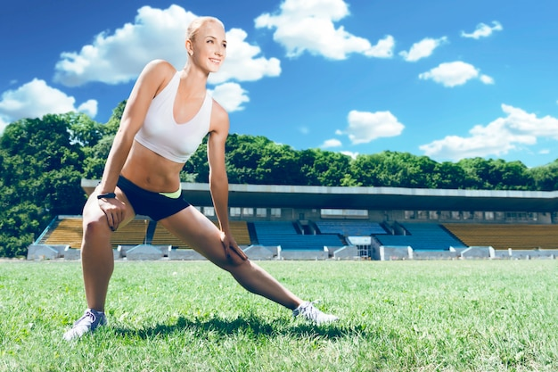 Молодой фитнес мышц спортивный бегун женщина готовится к запуску.
