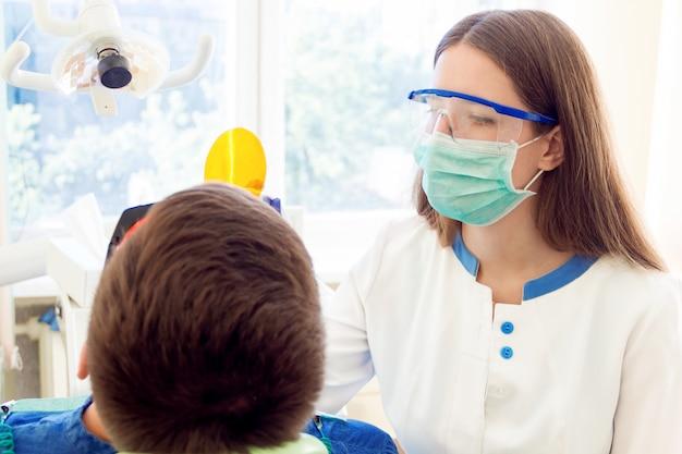 歯科医で治療を受けている患者