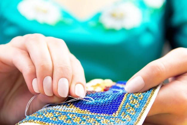 ミシンと刺繍のワークショップまたは職場
