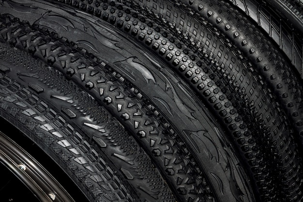 屋外のオフロードサイクリング用のマウンテンバイクの黒いゴム製タイヤ