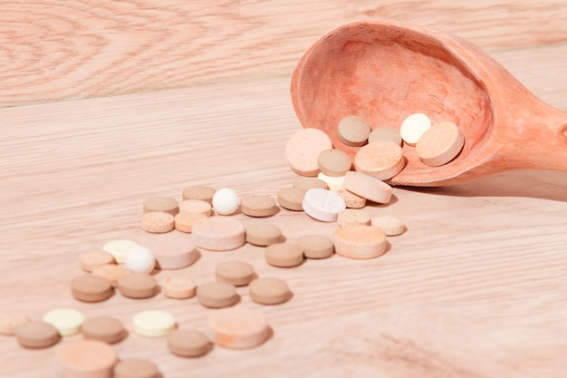 Крупным планом таблетки и ложка