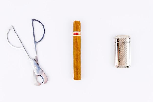 Сигара, зажигалка и резак