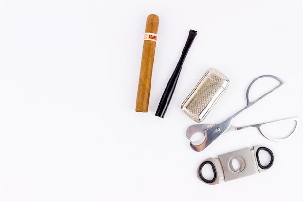 Сигара, зажигалка, мундштук и металлические ножницы