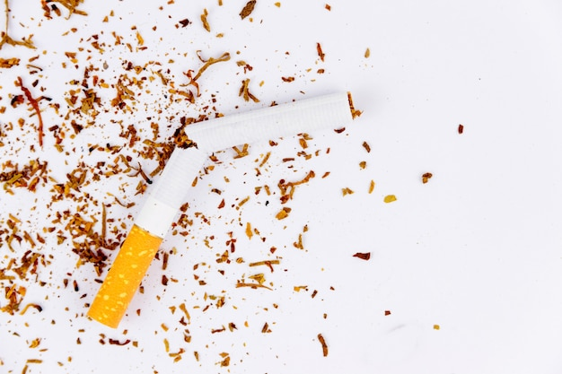 壊れたタバコのクローズアップ