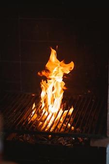 バーベキューの大きな炎