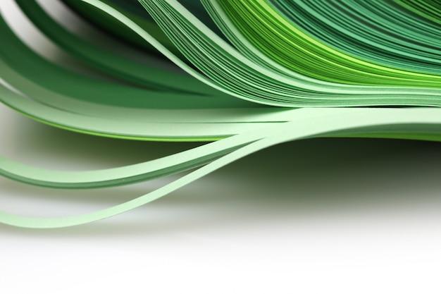 抽象的なグラデーショングリーンカラーウェーブカールストリップ紙の背景。