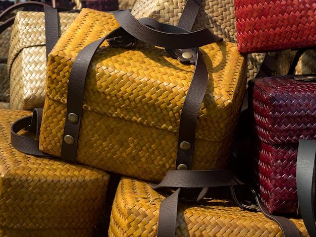 タイの籐手作りバッグ、白い背景で隔離