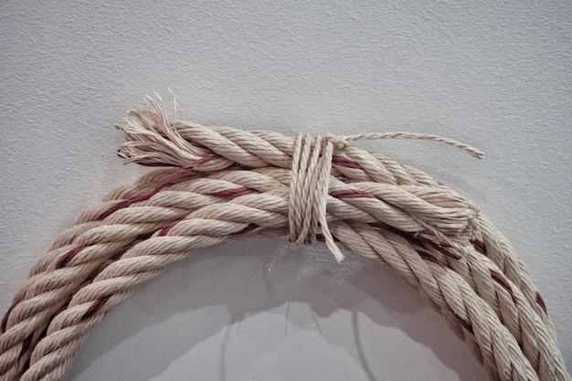 Веревка наматывается на стену