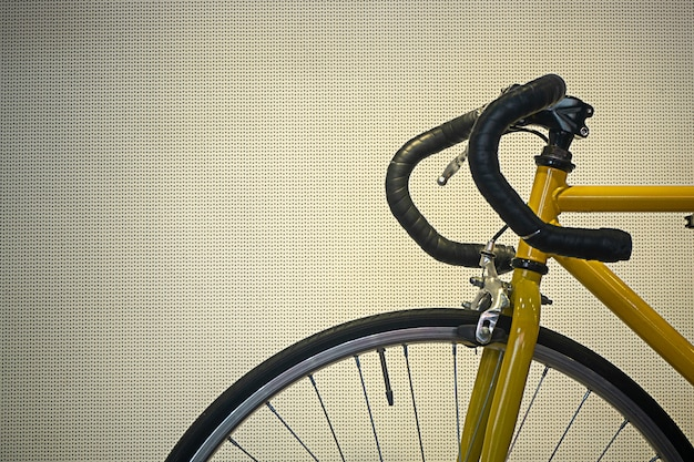 黄色のマウンテンバイクを閉じる