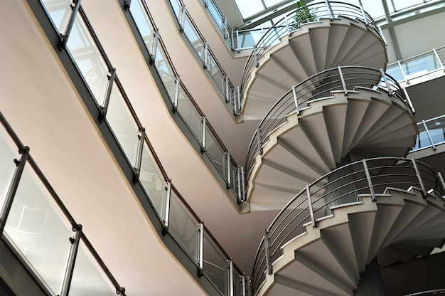 近代的なオフィスビルの金属製の階段
