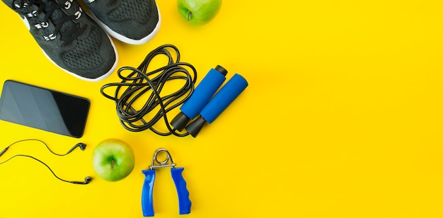 健康的な生活様式。黄色の背景にスポーツ用品。スポーツコンセプト。アパートは嘘をついていた。コピースペースの平面図です。バナー。