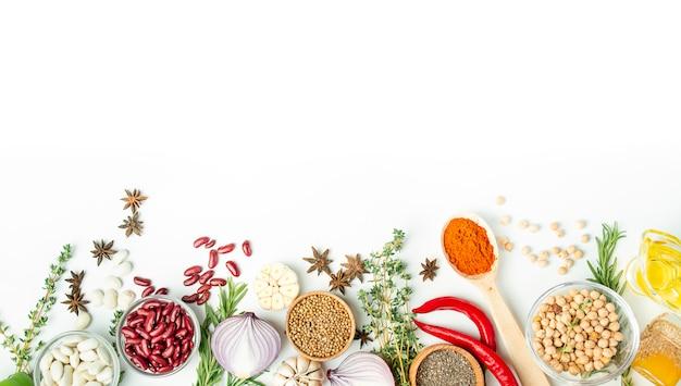 Разнообразие специй и трав на светлом столе. кулинарный стол. вид сверху. ингредиенты для приготовления пищи. таблица таблицы меню.