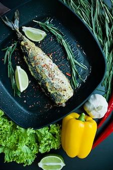 焼き鯖のグリル鍋。適切な栄養暗い背景