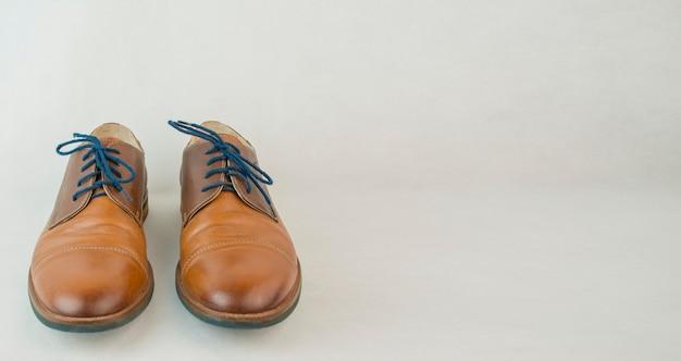 Мужская обувь на светлом столе, концепция семьи. мужская классическая обувь. современная классическая обувь. баннер копирование пространства.