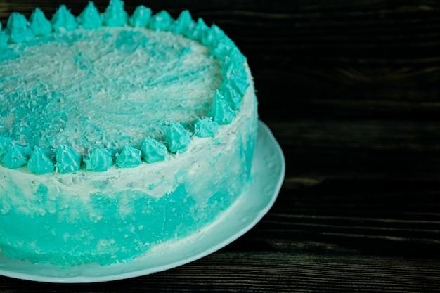 暗い表面上のお祝いのためのオンブルグリーンケーキ