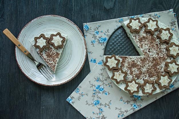 カッテージチーズケーキはダークウッドのクッキーとおろしブラックチョコレートで飾られています