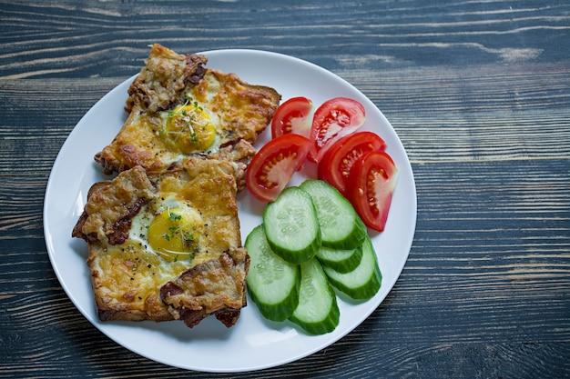 サンドイッチ、卵、野菜、ベーコンとダークウッドのグリル