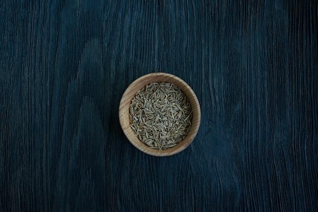 木の皿にクミンの種。