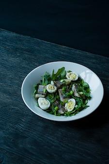 ルッコラ、玉ねぎ、ゆでウズラの卵、レモン汁、オリーブオイルでニシンのマリネ。