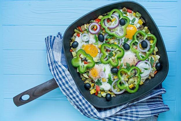 フライパンで野菜と目玉焼き。シャクシュク。アラビア料理適切な栄養。上からの眺め。
