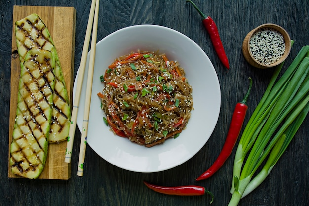 アジア料理。野菜で飾られたセロハン麺