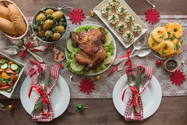 クリスマス家族のダイニングテーブル。お祝いテーブル。テーブルセッティング。プレゼント。新年。上からの眺め。