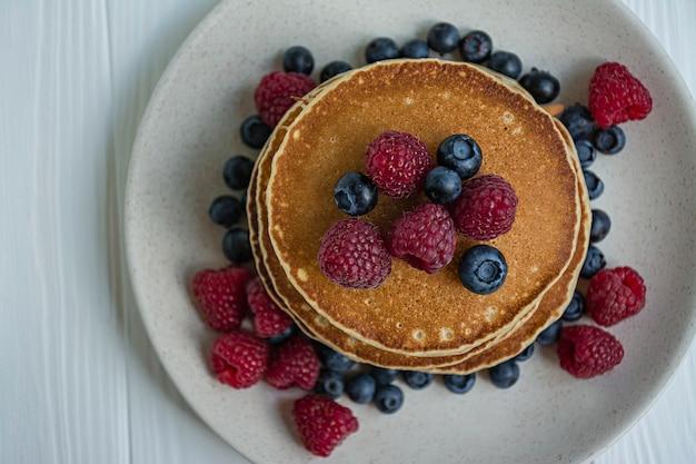 新鮮なベリーと古典的なアメリカのパンケーキ