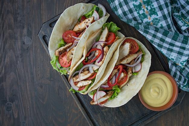 Мексиканское блюдо. тако с курицей и овощами крупным планом