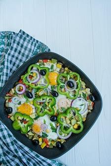 フライパンで野菜と目玉焼き。アラビア料理適切な栄養。