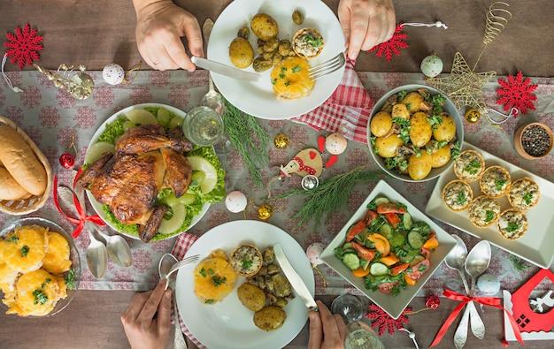 クリスマス家族のダイニングテーブル。お祝いテーブル。テーブルセッティング。新年。上からの眺め。