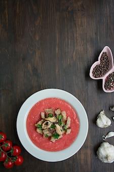 ムール貝の伝統的なスペインの冷たいガスパチョスープ。木製の背景。