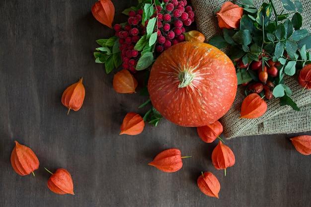 果物と野菜で秋のコンセプト。カボチャ、イチジク、紅葉。