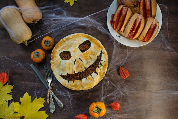 ハロウィンケーキ。ハロウィーンの自家製ケーキ。ハロウィーンの食べ物。