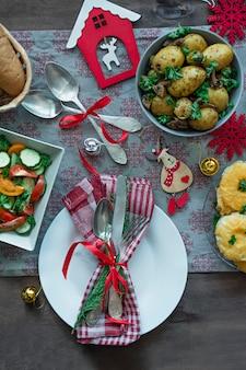 クリスマス家族のダイニングテーブルお祝いテーブル。テーブルセッティング。プレゼント。新年。上からの眺め。