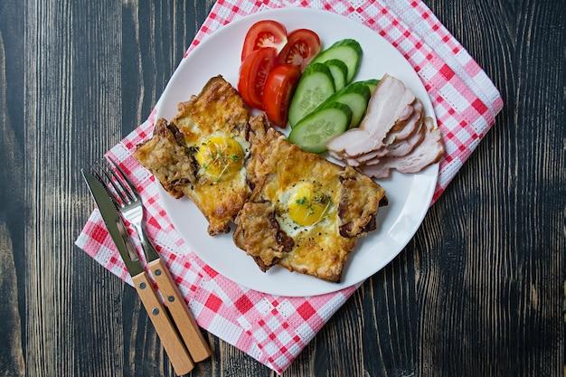 卵、野菜、ベーコンのグリルサンドイッチ