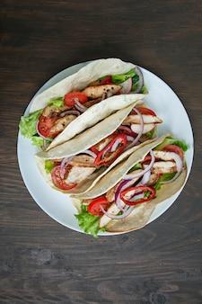 メキシコ料理。チキンと野菜のブリトー巻き