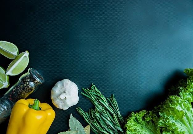 新鮮な野菜や濃い色の背景に緑。