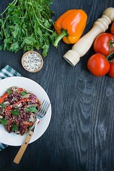 Салат из говядины с фасолью, сладкий перец. салат