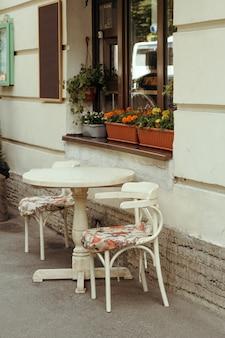 通りのカフェの居心地の良いビンテージテーブル