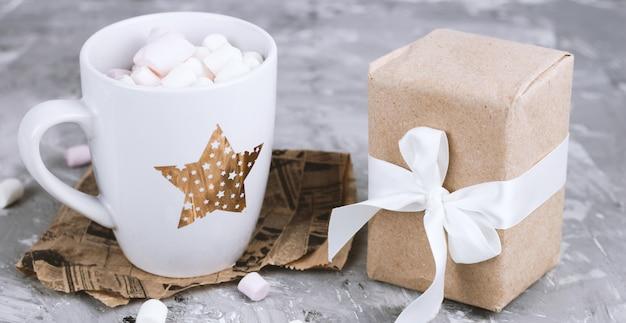Симпатичная стильная чашка с маршмеллоу и подарочной коробкой серого цвета