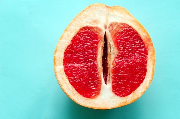 青色の背景に分離された平面図熟したジューシーなグレープフルーツ