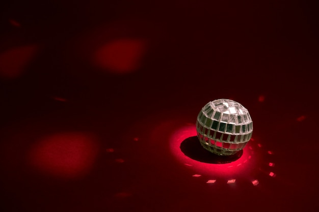 Маленький метатель диска на красном